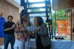 Intendenta Profa. Ana Olivera entregando los diplomas