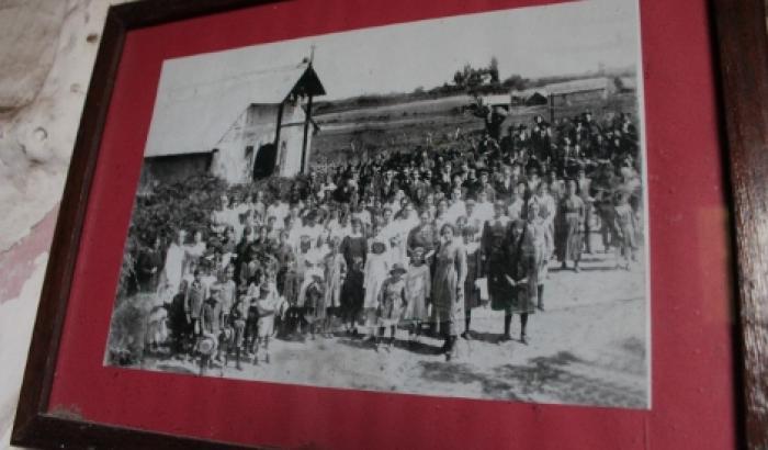 foto (aprox. 1919) en la entrada a la capilla