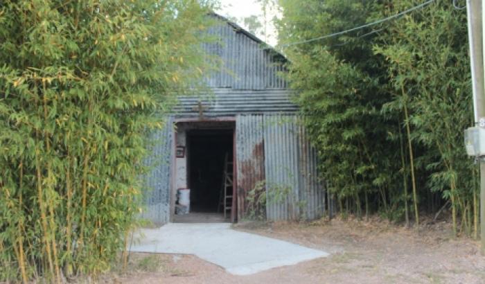 la capilla actualmente, cubierta de chapas para proteger la estructura de barro