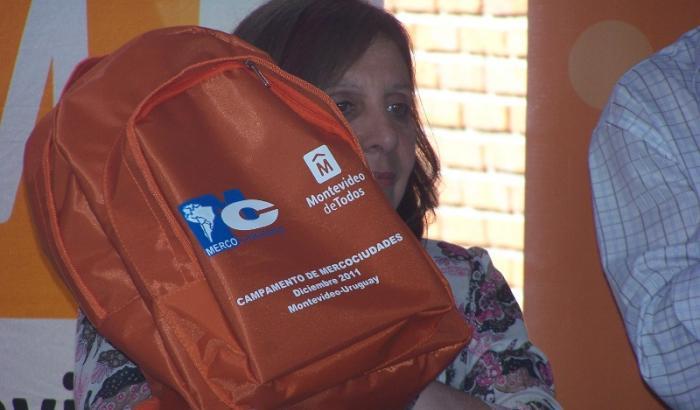 La Intendenta Ana Olivera y una mochila elaborada en el Cedel para Mercociudades