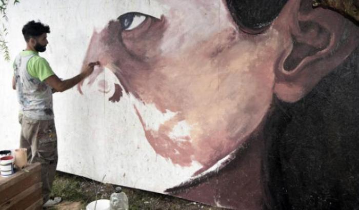 Dani Pez, artista deñ mural comunitario. Imagen ilustrativa.