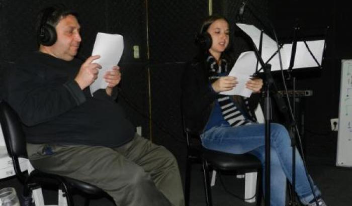 Miguel Cossio de Cumbre FM y Valeria del Área Social 10 en proceso de grabación