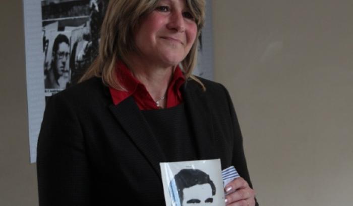 Sandra Nedov con la foto de Nebio Melo, donada por familiares de Luisa Cuesta