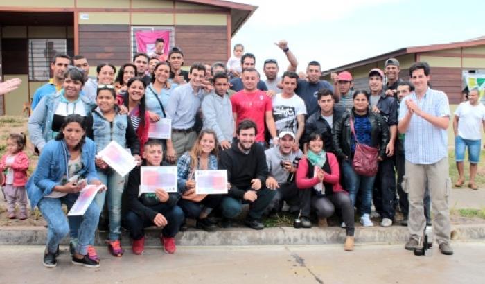 Las/os jóvenes que participaron de la construcción junto a los referentes de Ñan
